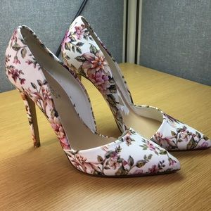 Stunning Shoe Dazzle Floral on white Pumps